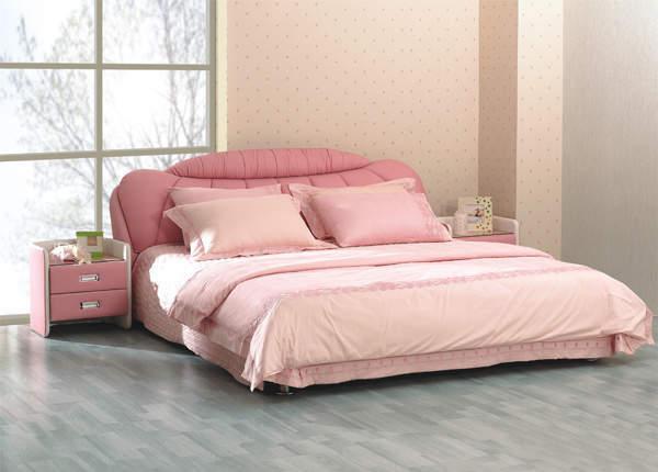 Обивка изголовья кровати выполнена из натуральной кожи/а боковины из...