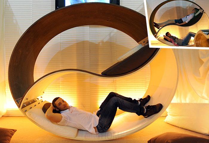 Необычный двухэтажный лежак-колесо
