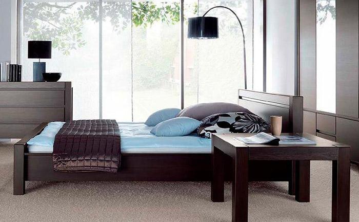 Миниатюрные столики возле кровати