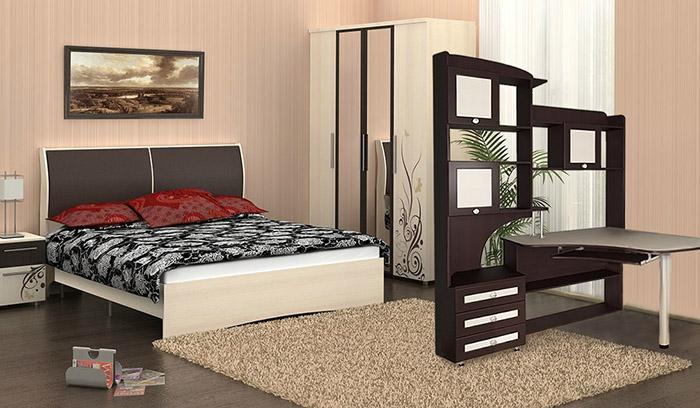 Стол со шкафом в спальне